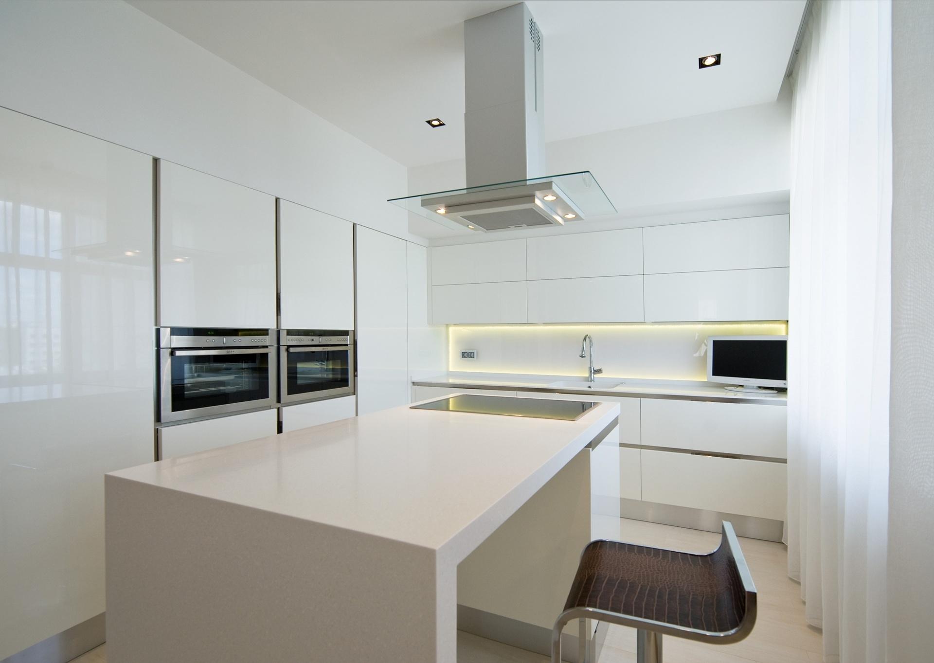 Белая мебель на кухне в стиле минимализм