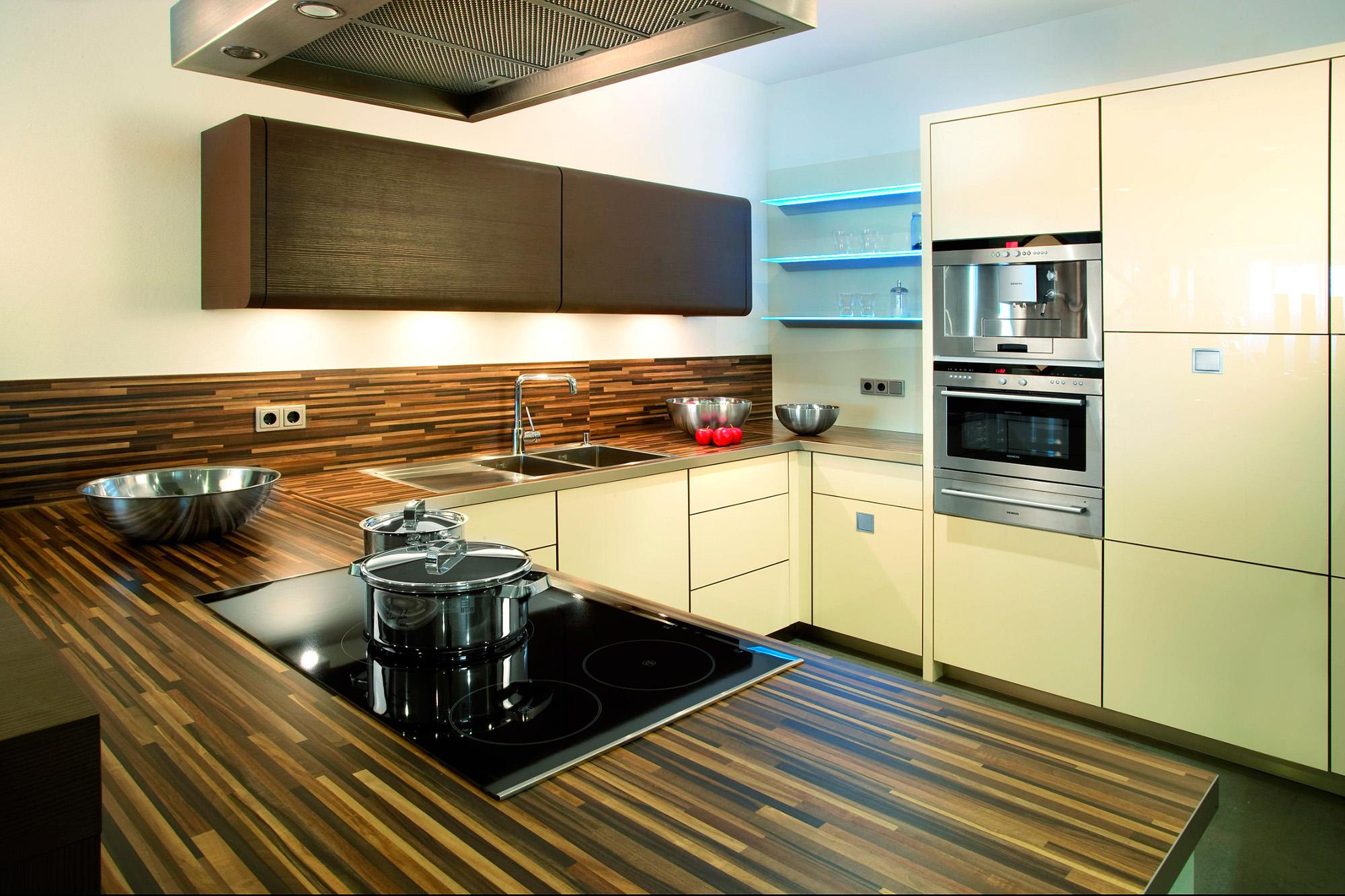 Коричнево-бежевая кухня в стиле минимализм