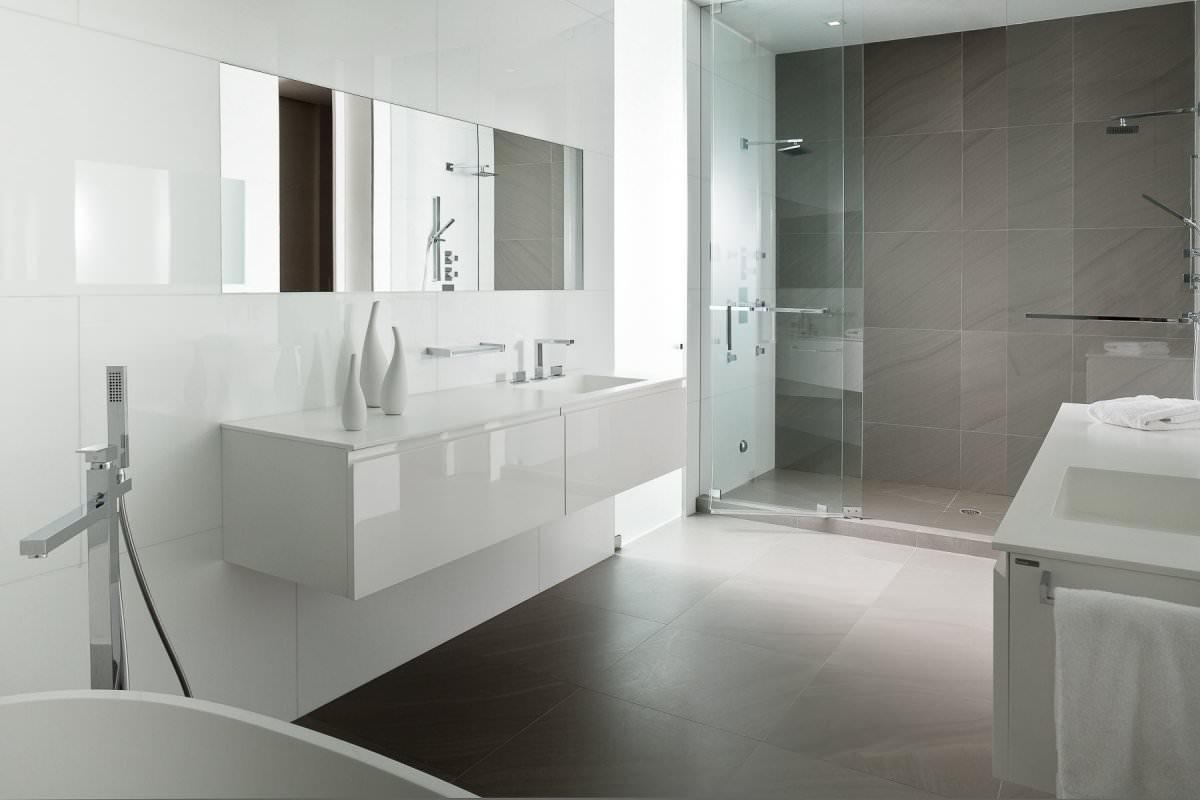 Белая мебель в ванной комнате в стиле минимализм
