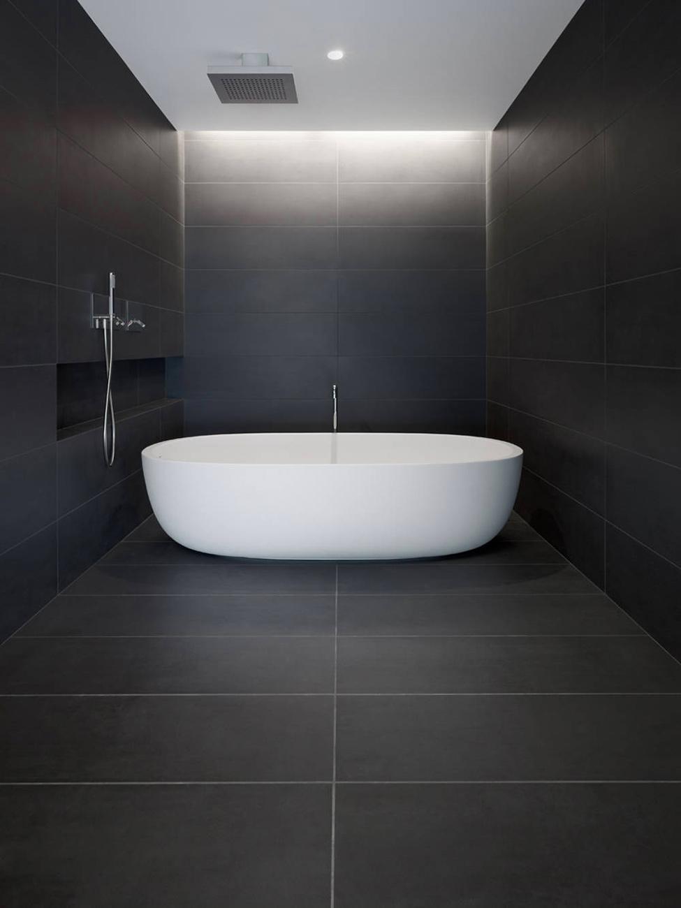 Белая ванна и черные стены