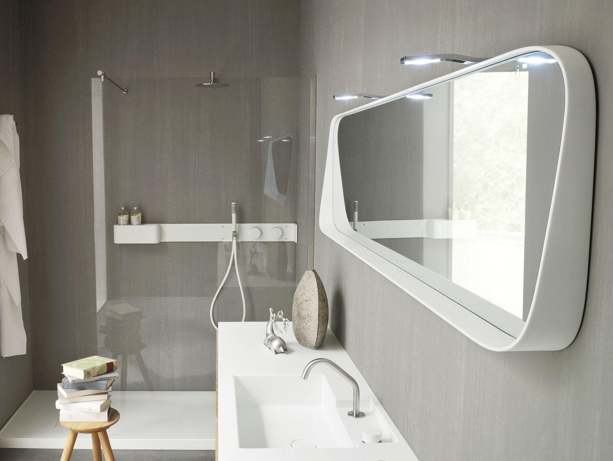 Деревянная и пластиковая мебель в ванной в стиле минимализм