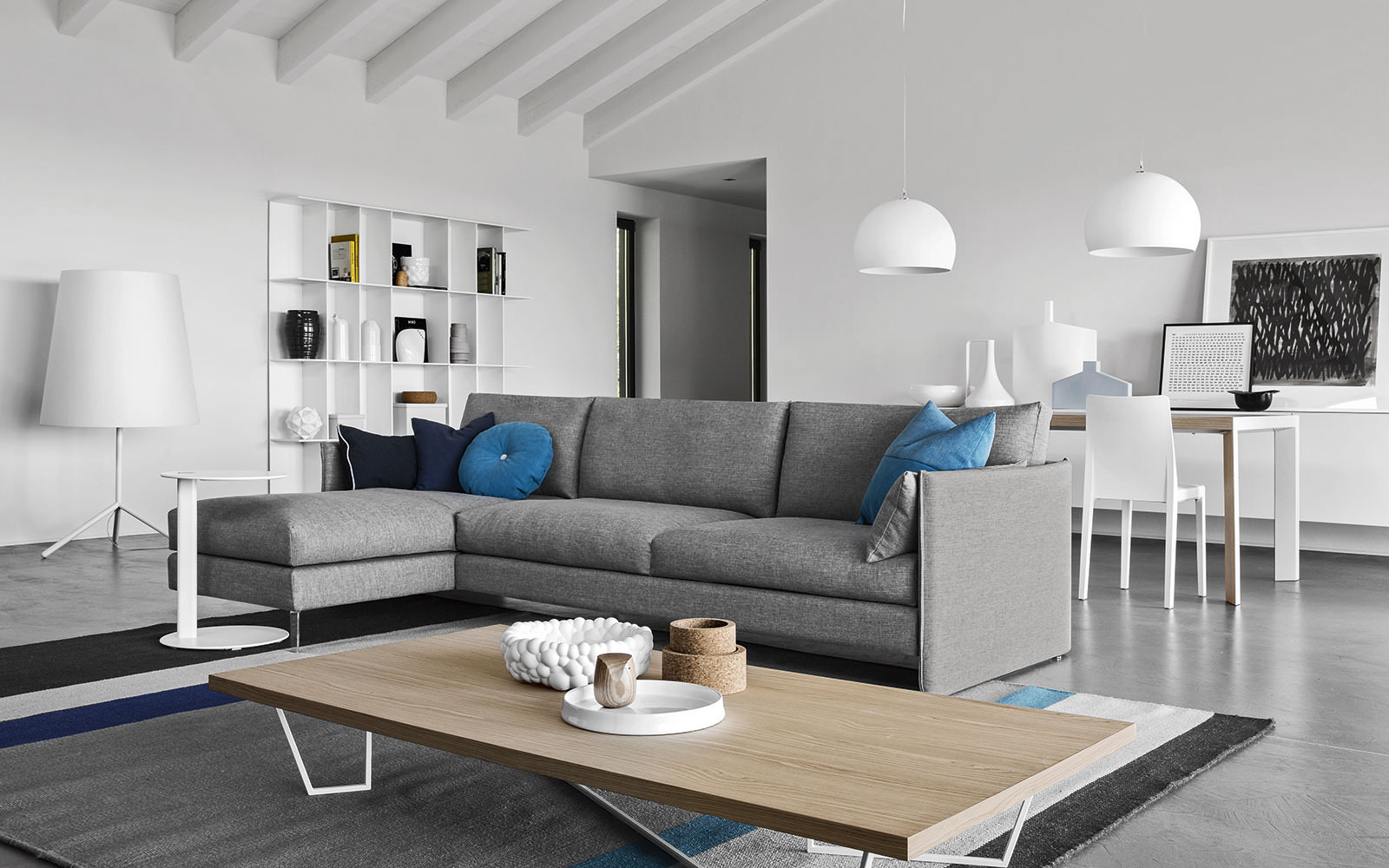 Серая, белая и коричневая мебель в стиле минимализм в гостиной