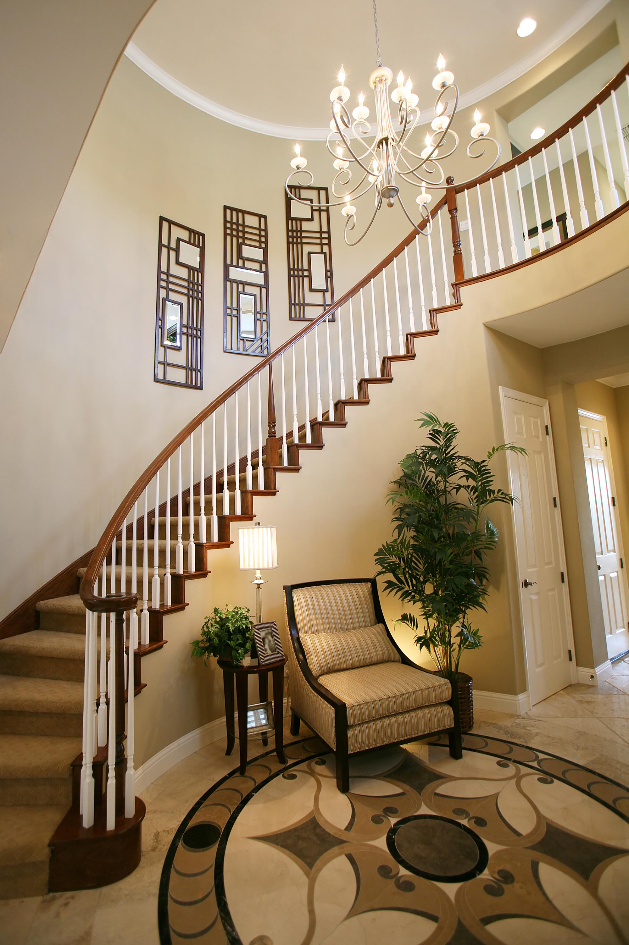 Красивая мебель в стиле модерн в прихожей с лестницей