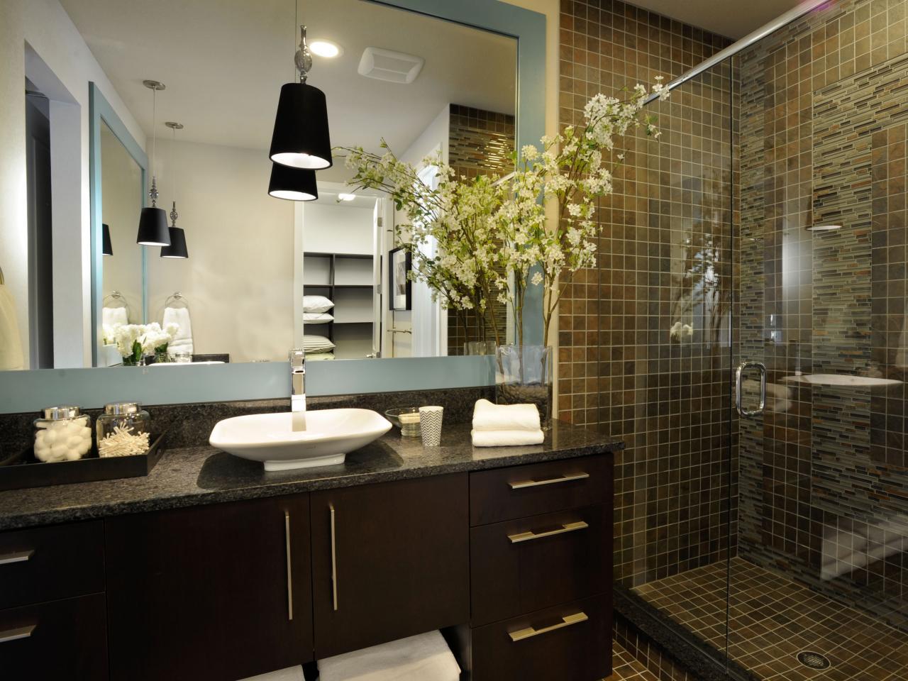 Коричневый фасад тумбы в стиле модерн в ванной
