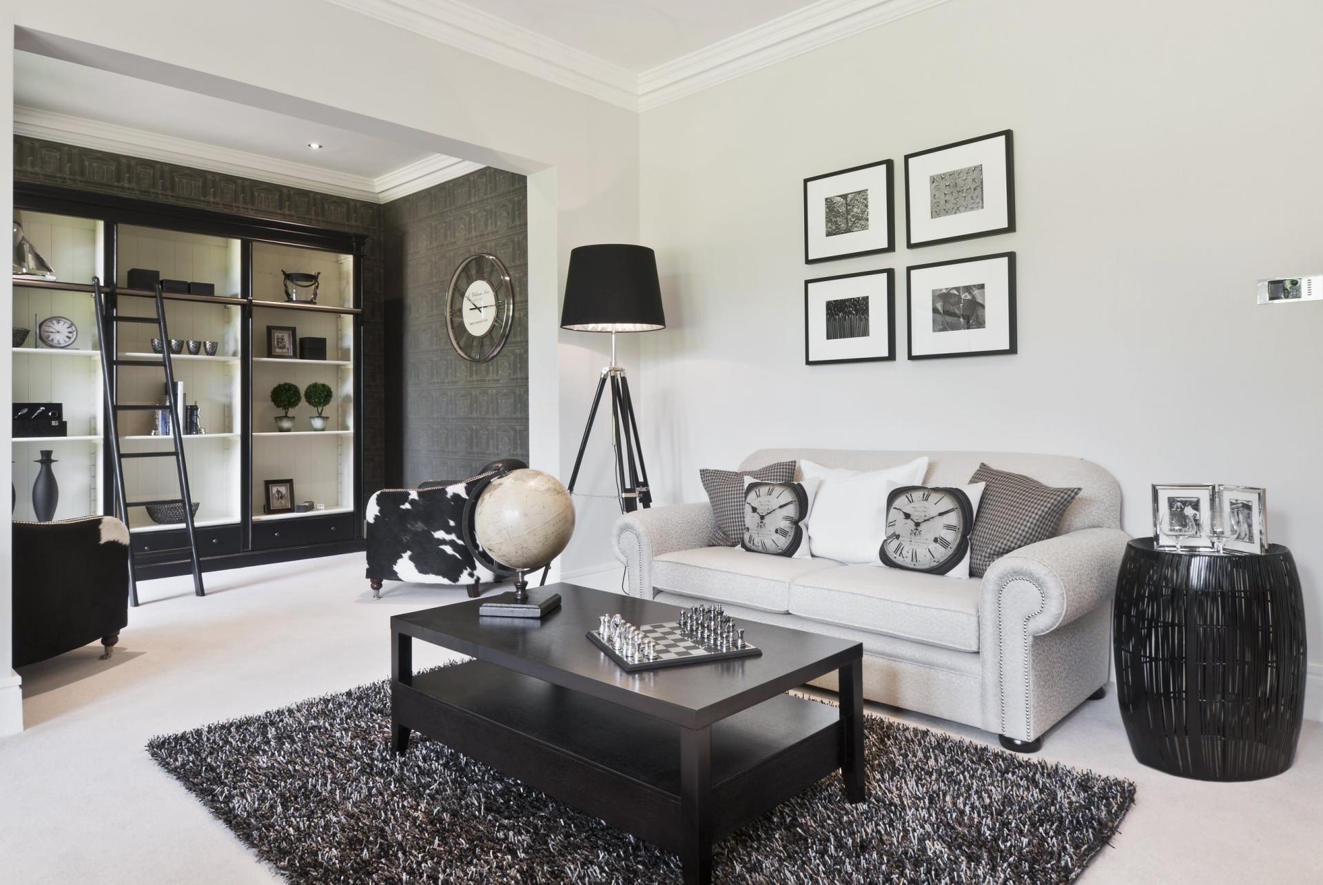 Серый диван и черно-белые кресла в стиле модерн