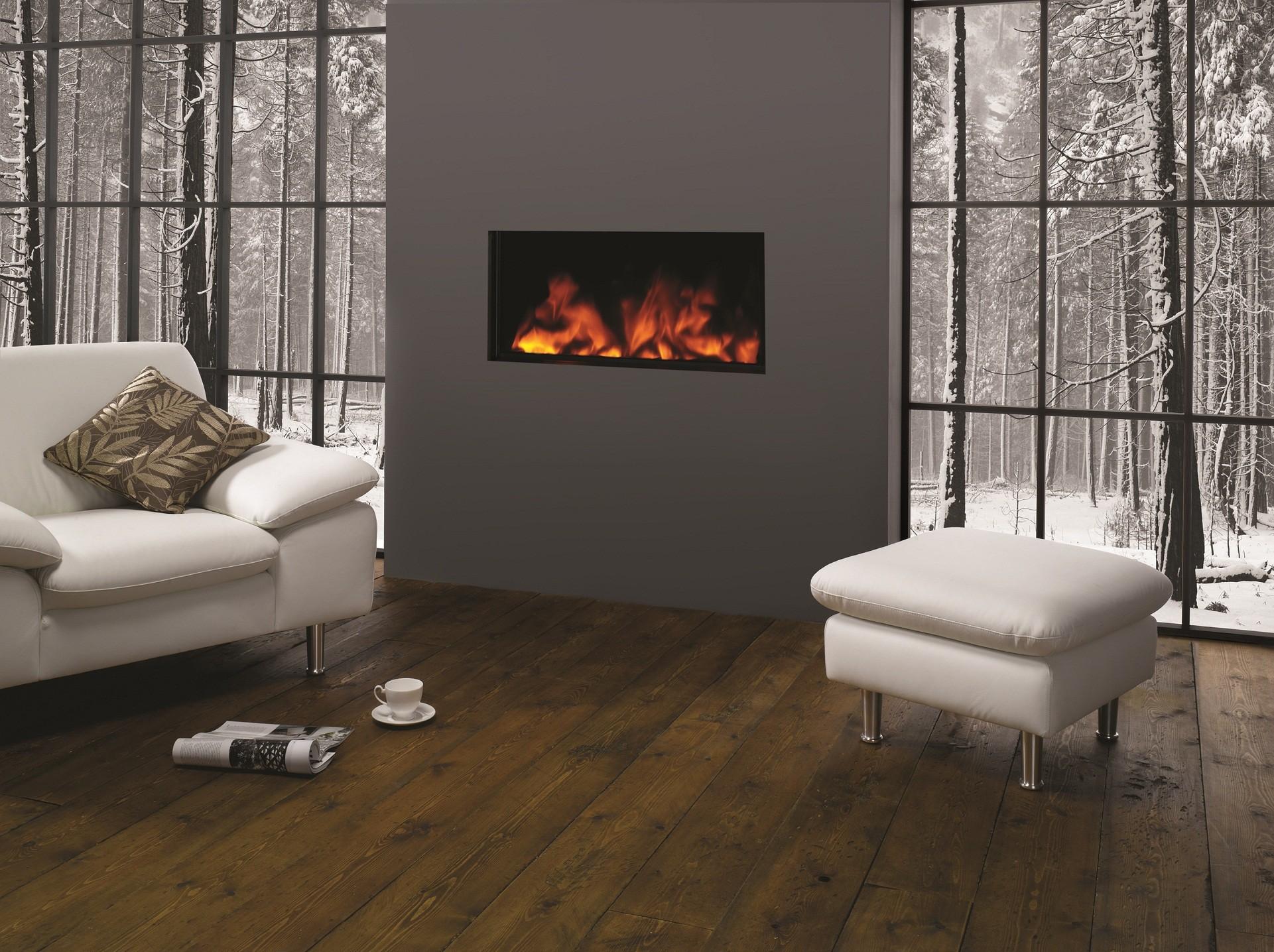 Кресло и пуф в гостиной с камином в стиле модерн