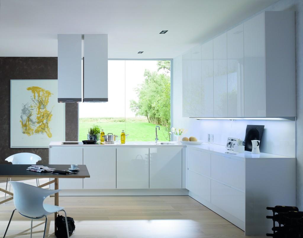 Белый глянцевый кухонный гарнитур в стиле модерн