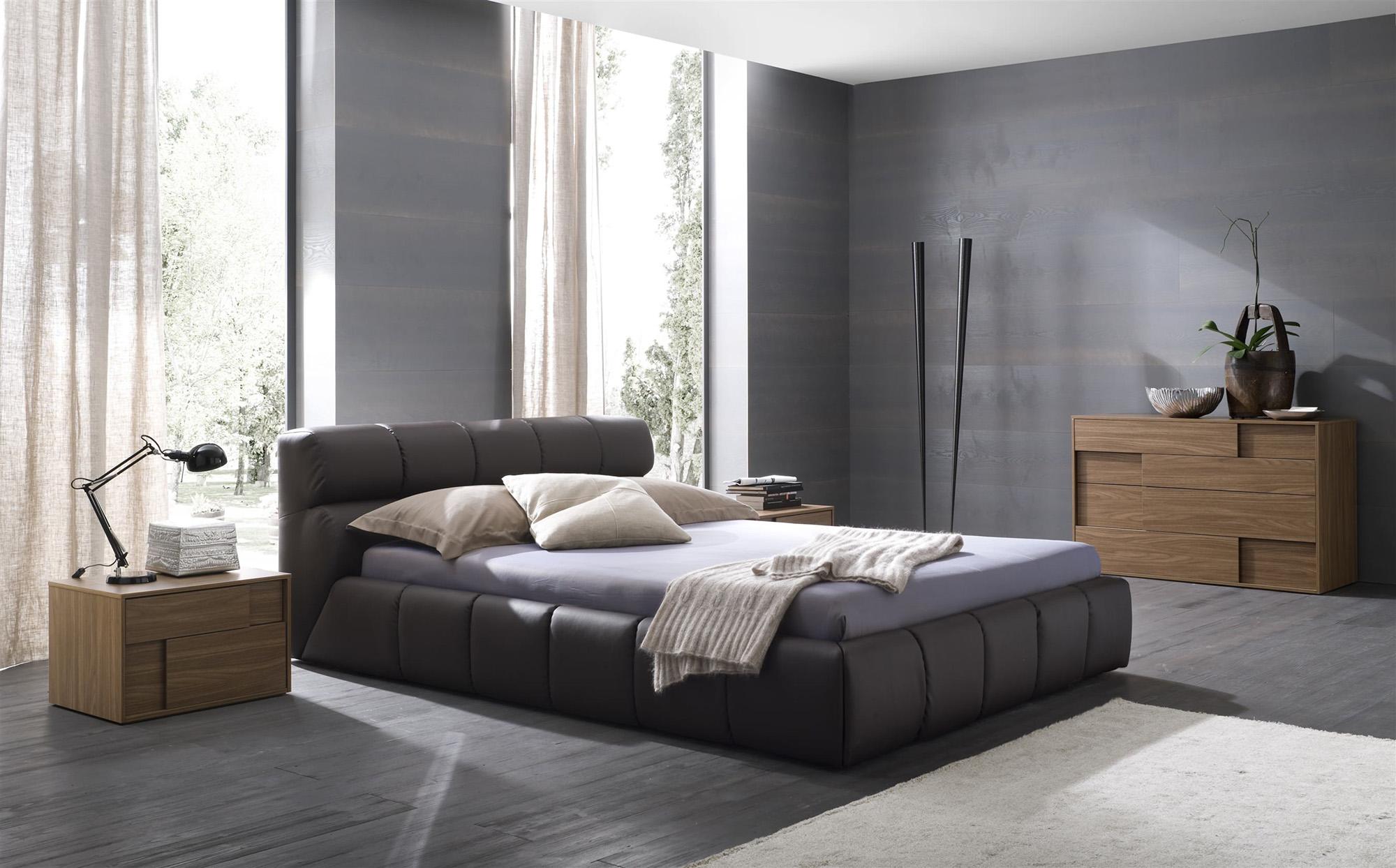 Коричневая и черная мебель в стиле модерн в спальне