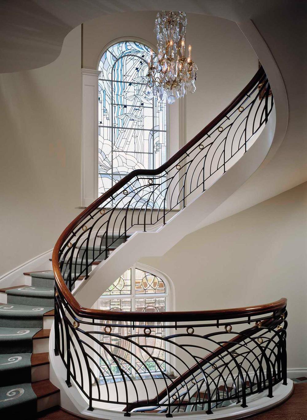 Красивая лестница в стиле модерн в доме