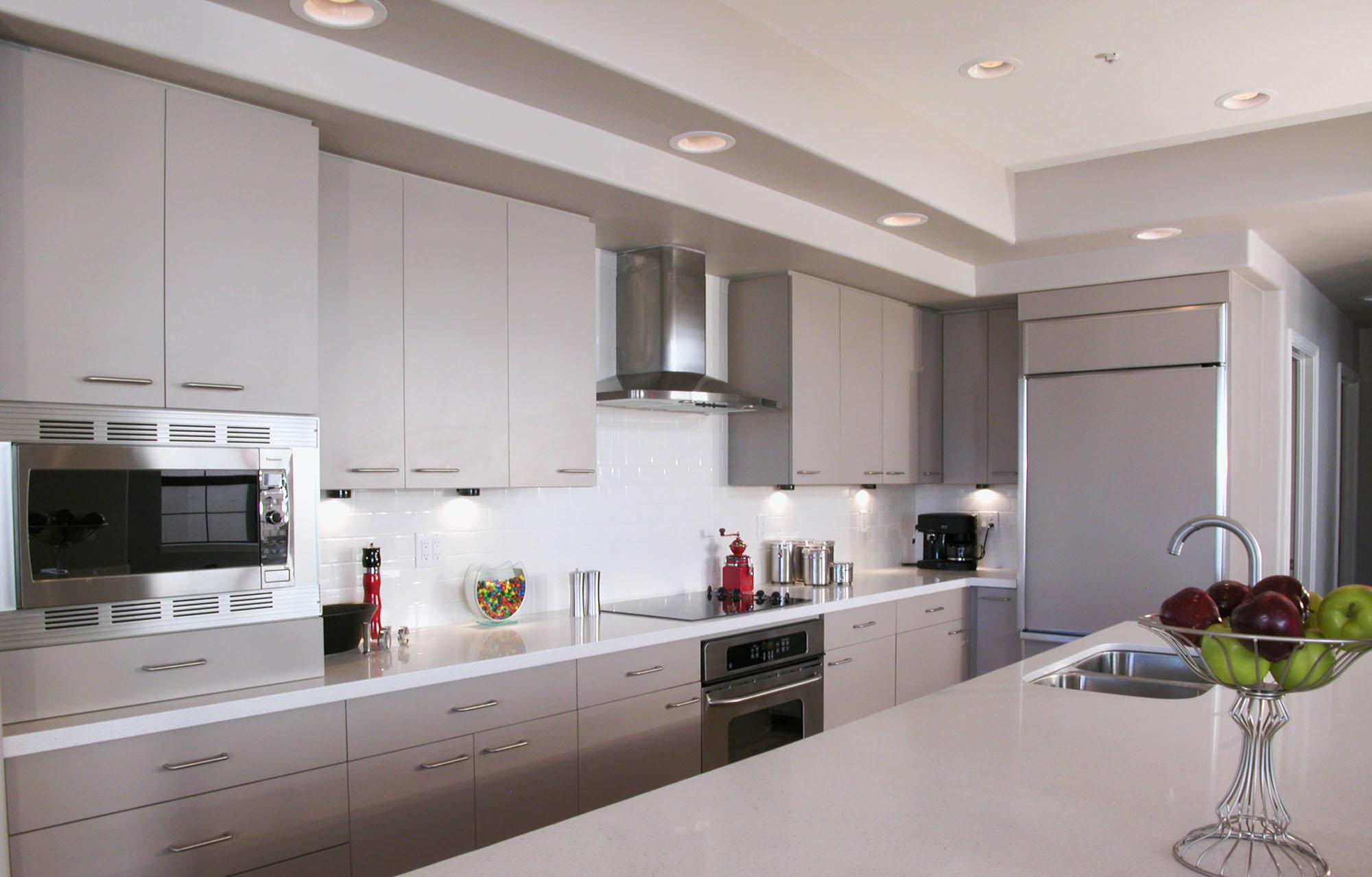 Бело-серый кухонный гарнитур в стиле модерн