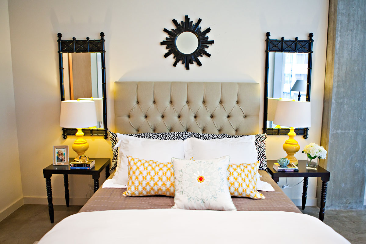 Бежевая и черная мебель в стиле модерн в спальне