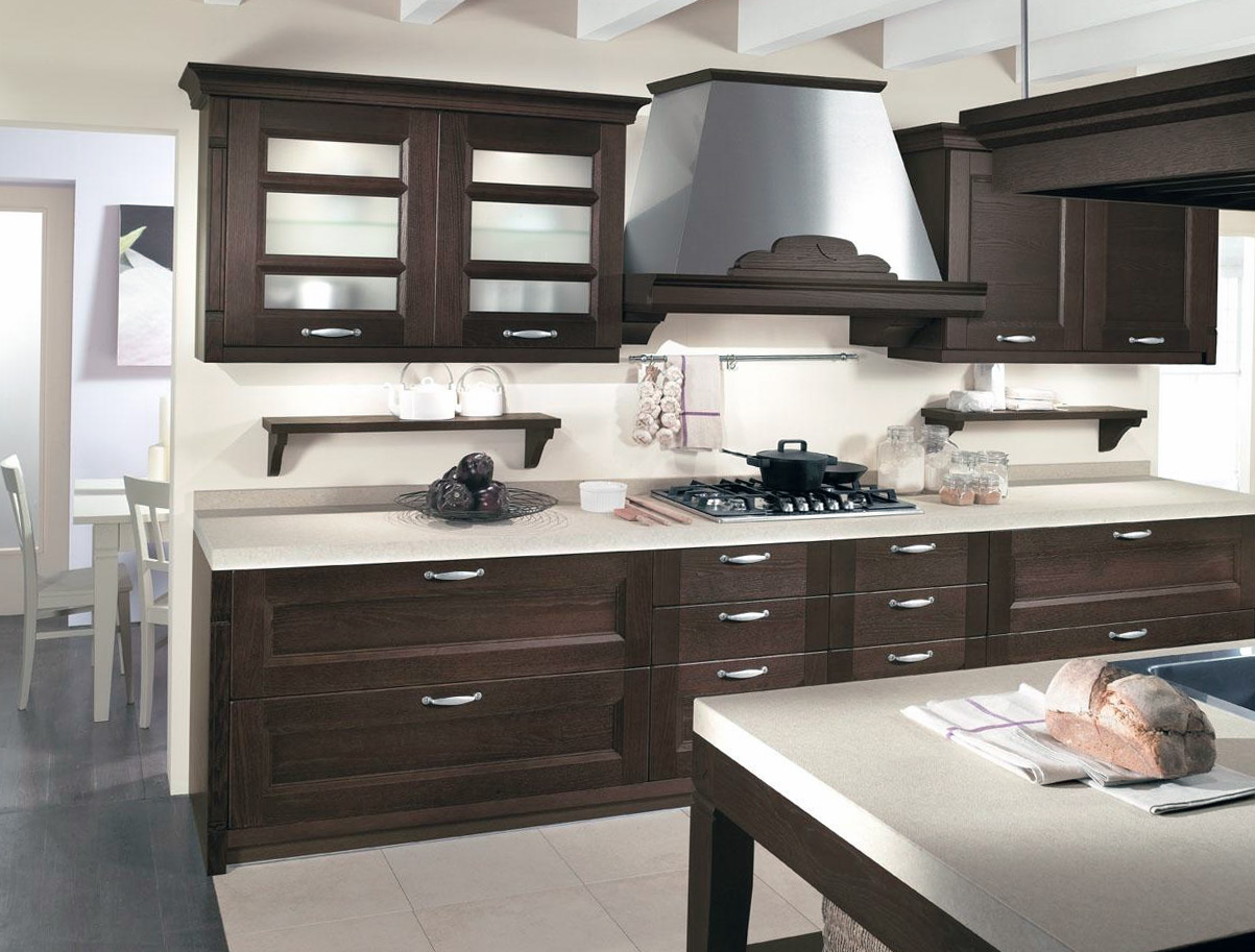 Небольшой кухонный гарнитур венге в кухне