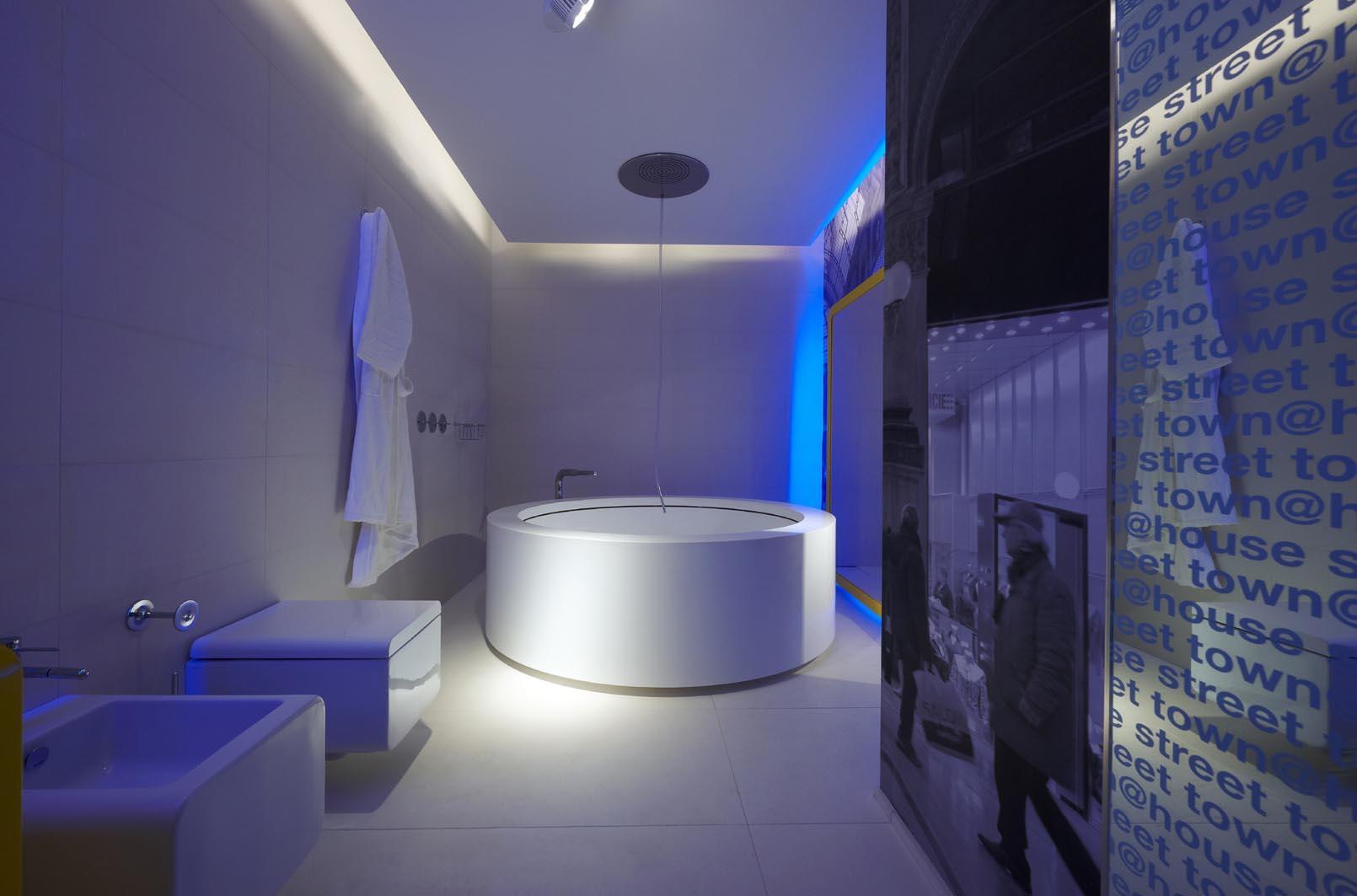 Необычная подсветка в ванной комнате в стиле хай-тек