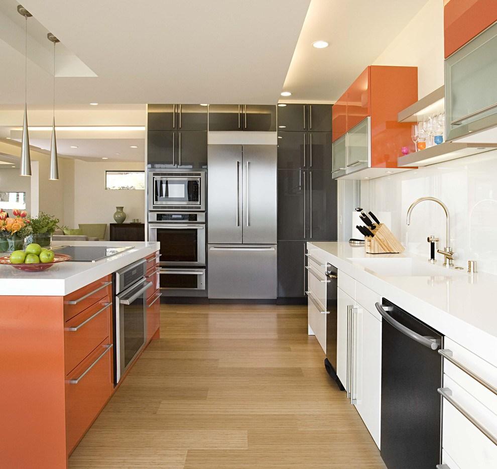Оранжевые акценты в кухне в стиле хай-тек
