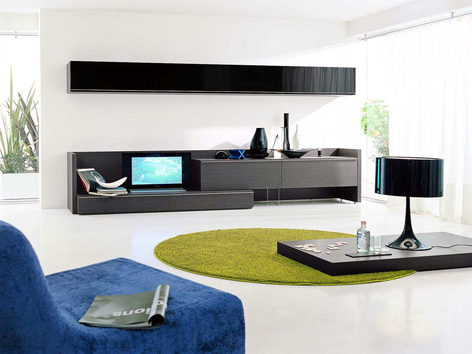 Черная и синяя мебель в гостиной в стиле хай-тек