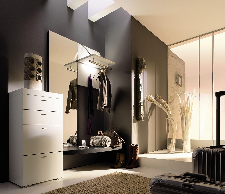 Черно-белая мебель в прихожей в стиле хай-тек