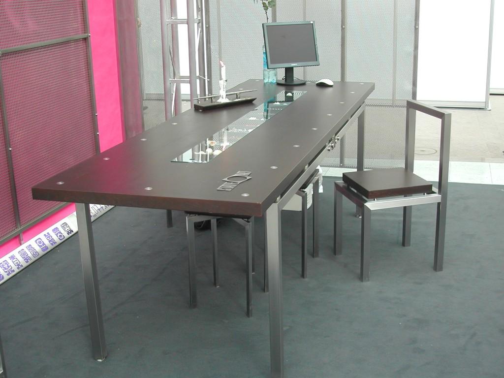 Стол и стулья в стиле хай-тек