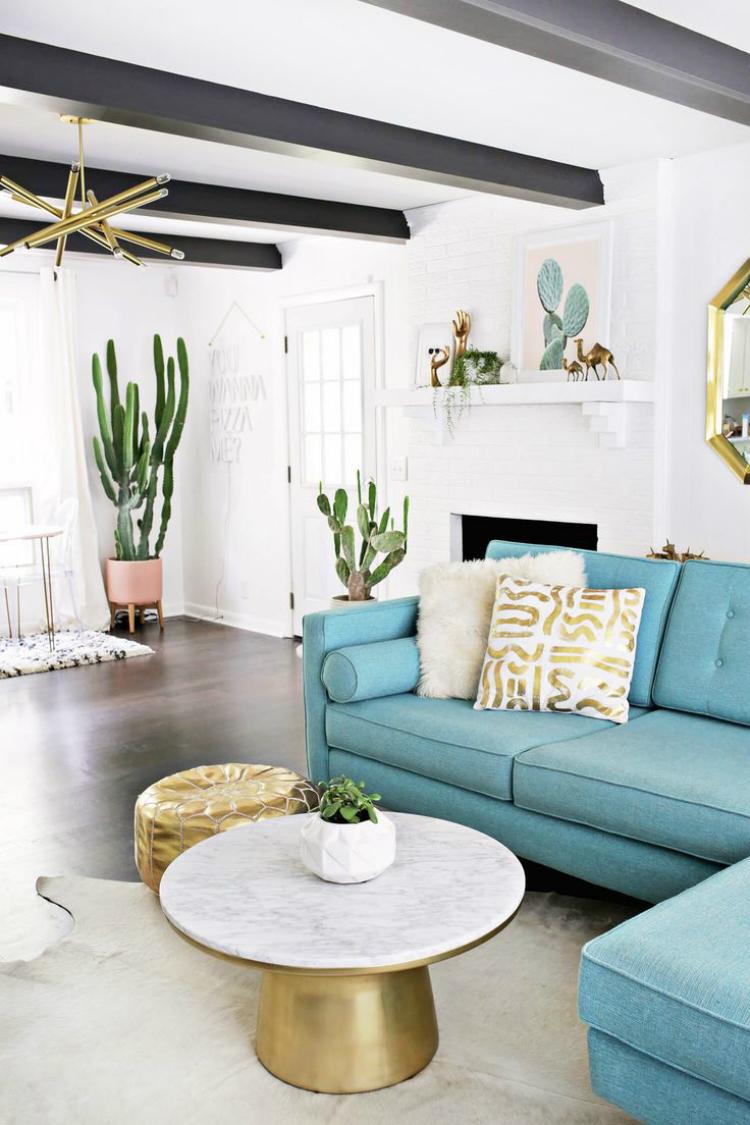 Голубая гостиная с металлическим декором