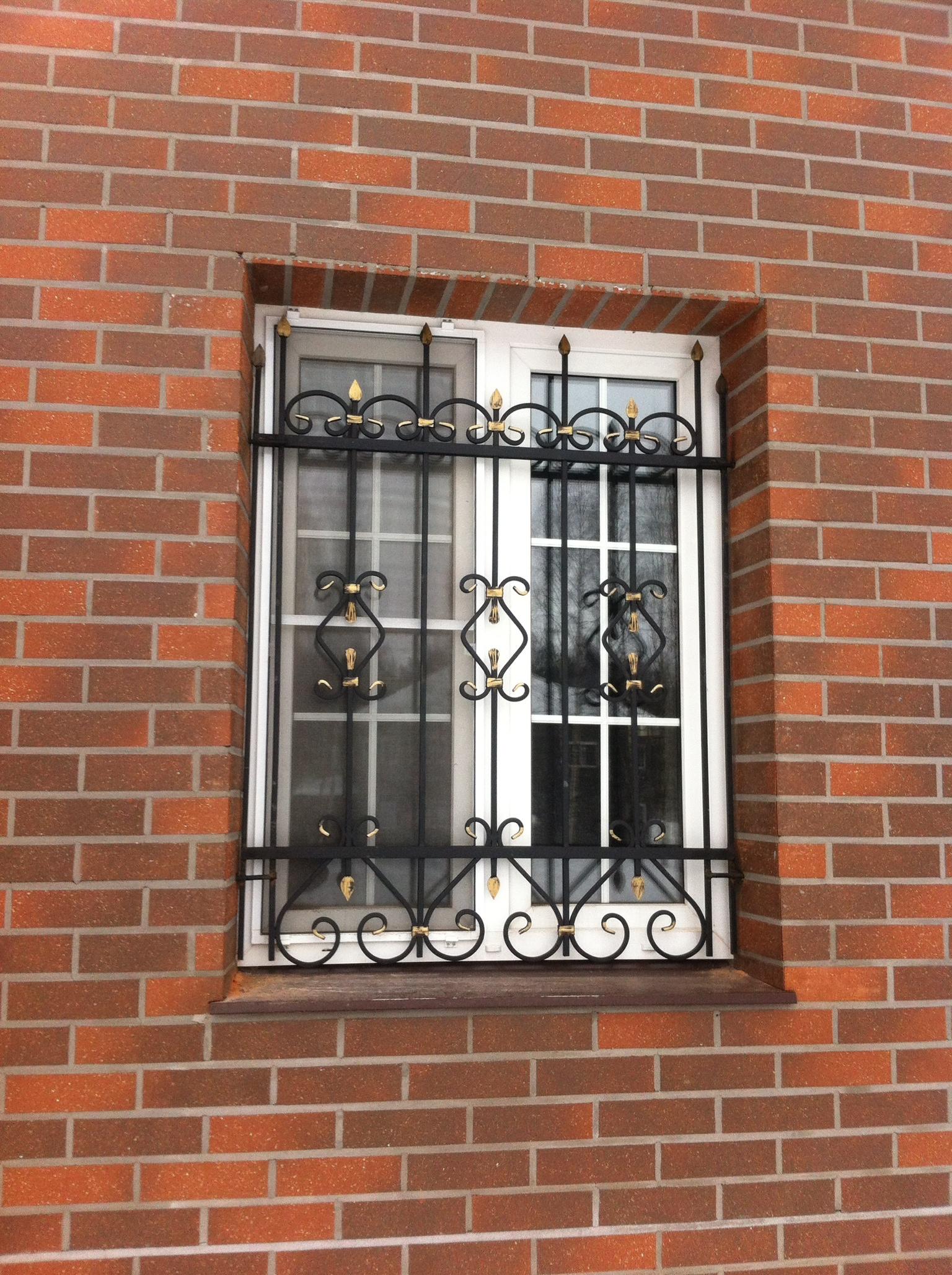 Черно-золотистая решетка на окно