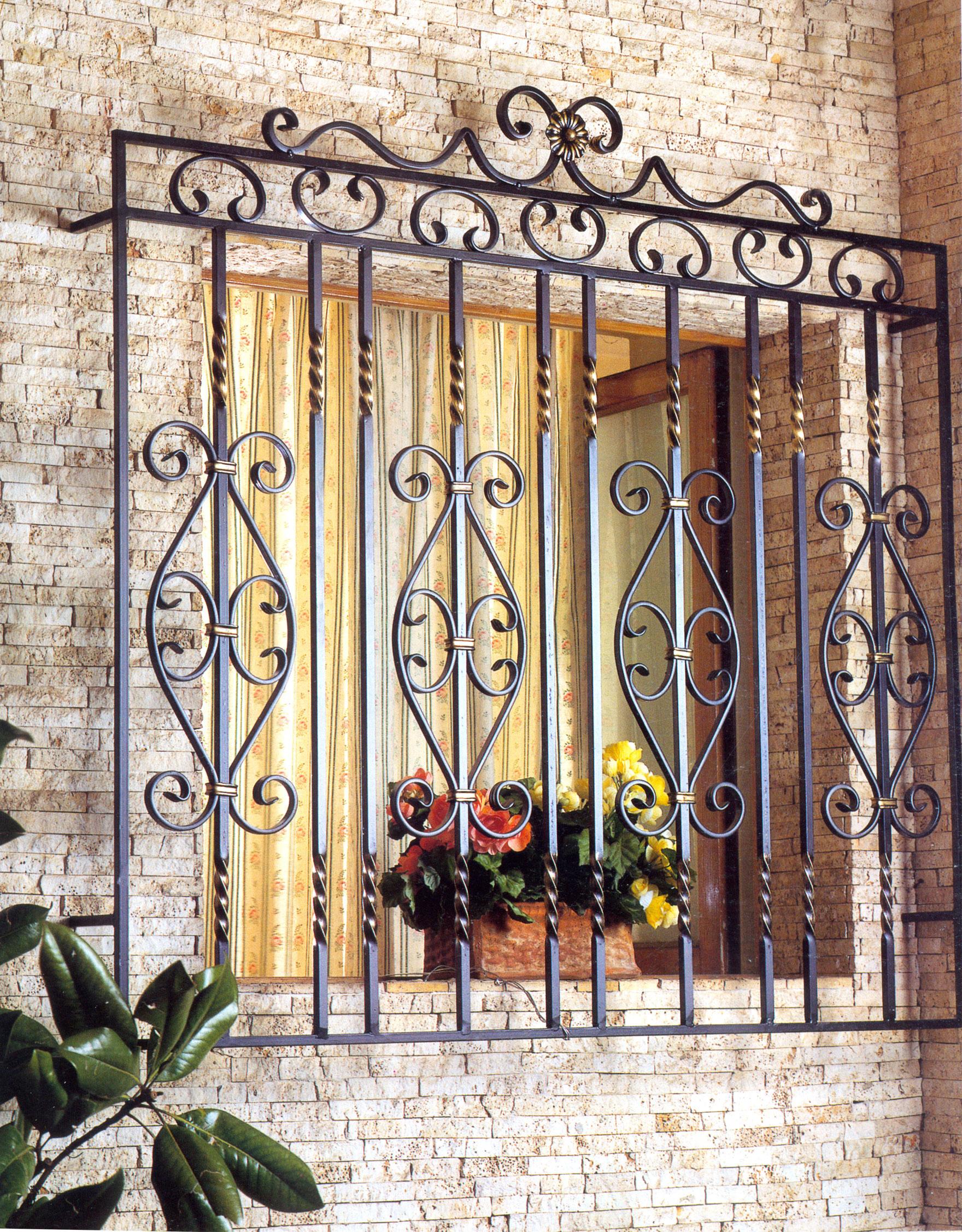Декоративная красивая решетка на окно