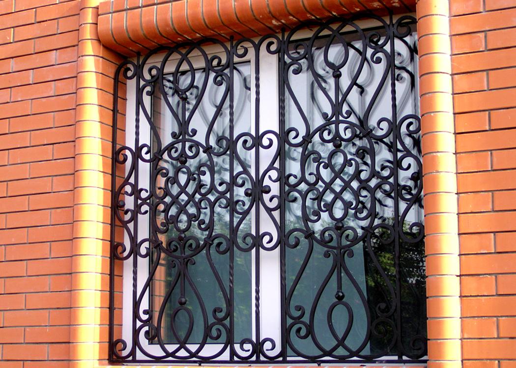 Защитно-декоративная черная решетка на окно