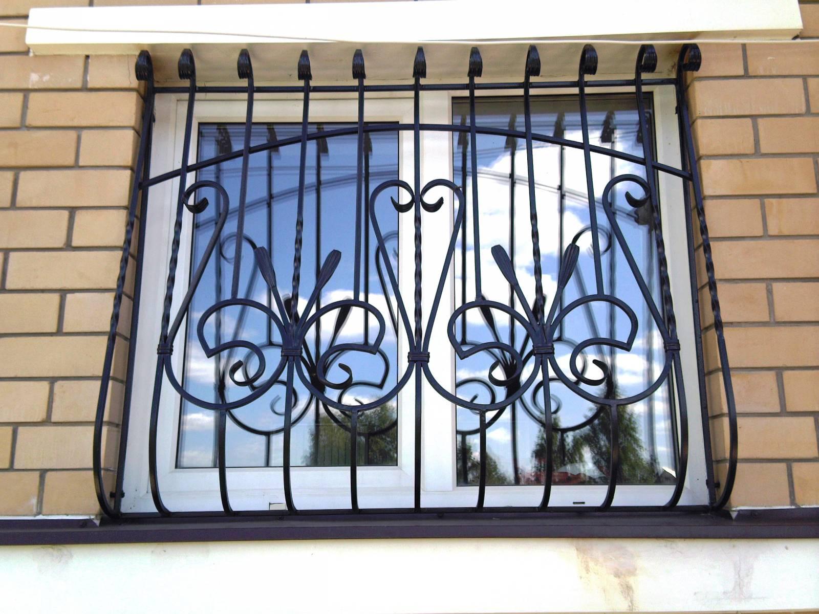 Кованая металлическая решетка на окно