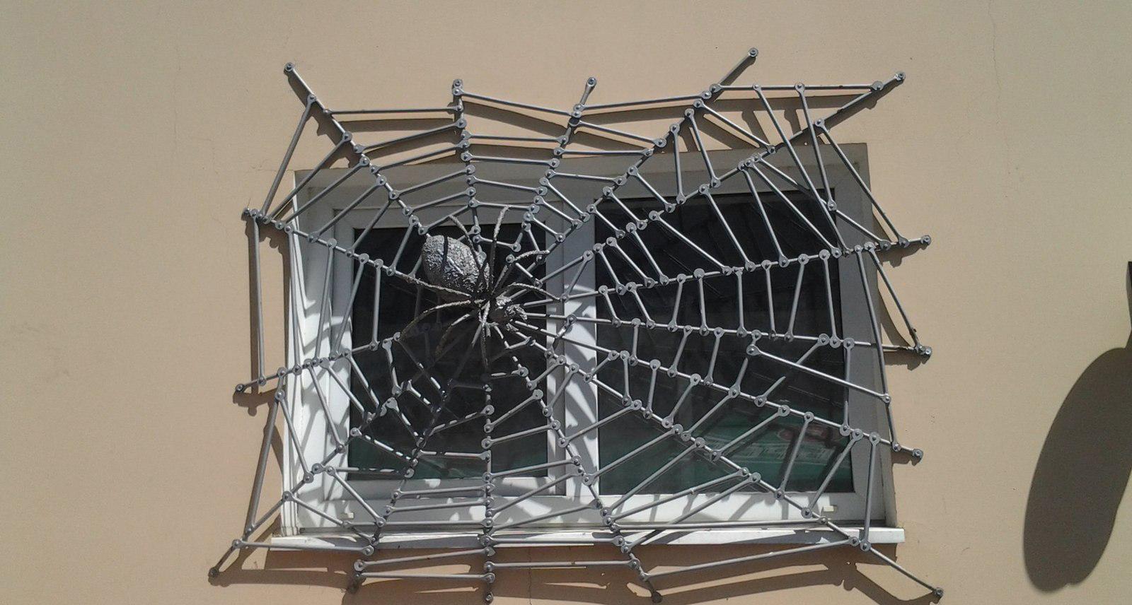 Защитно-декоративная решетка на окно