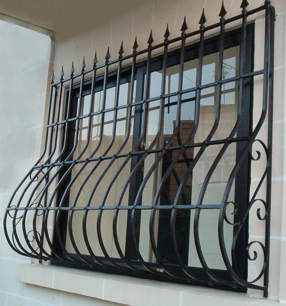 Сварная металлическая решетка на окно