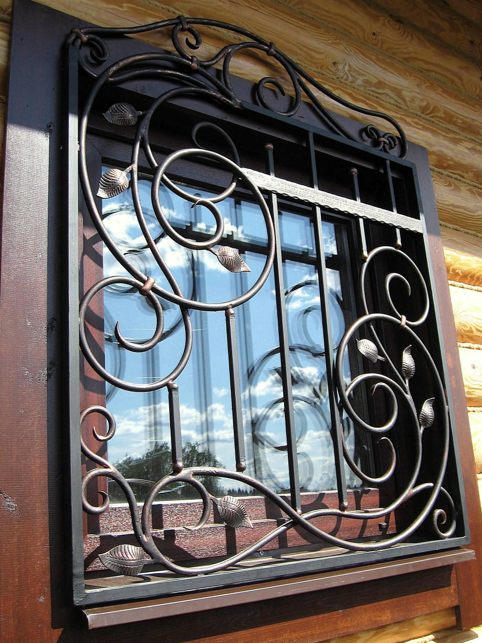 Кованая красивая решетка на окно