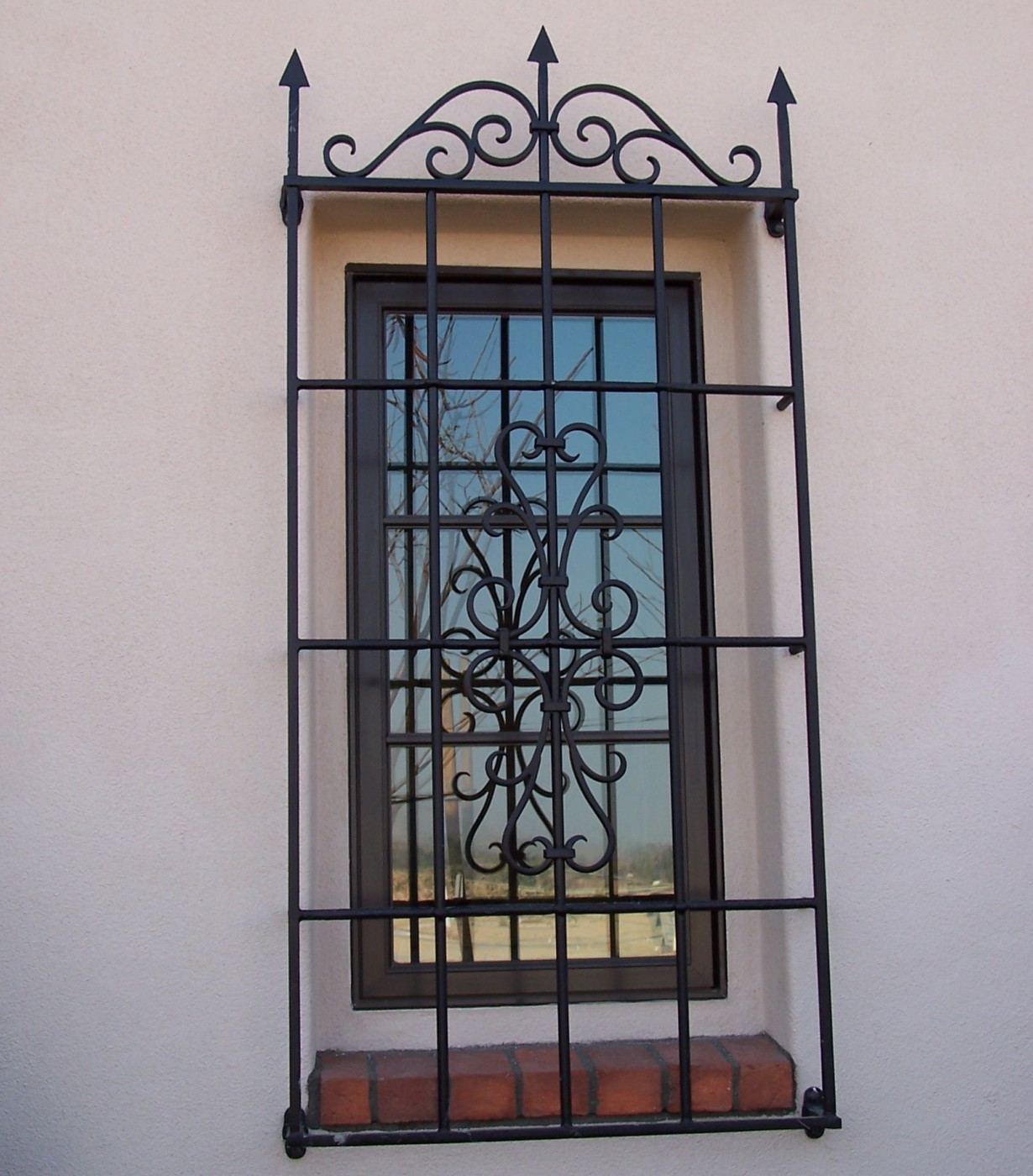 Защитная красивая решетка из металла