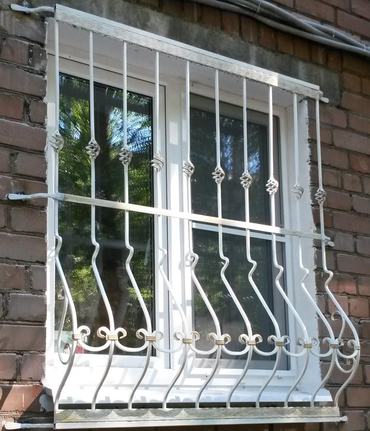 Красивая белая кованая решетка на окно