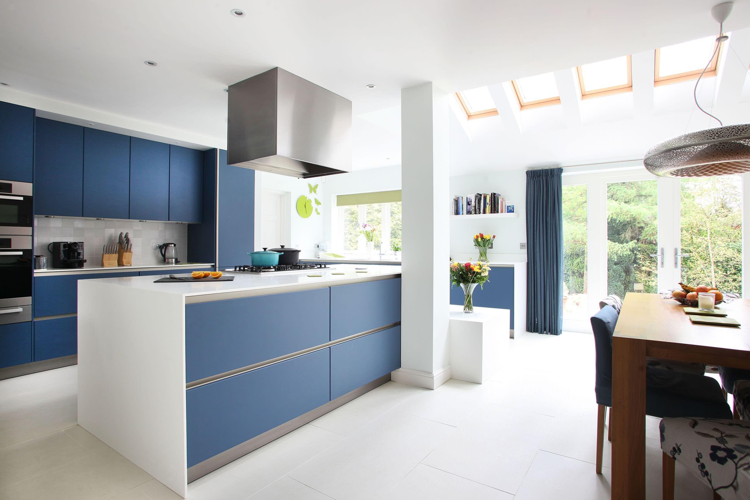 Кухня в голубых тонах в стиле минимализм