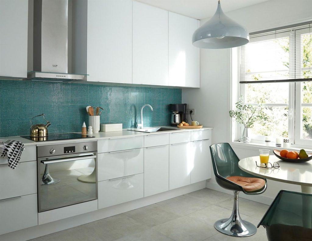 Кухня в голубых тонах с мозаикой