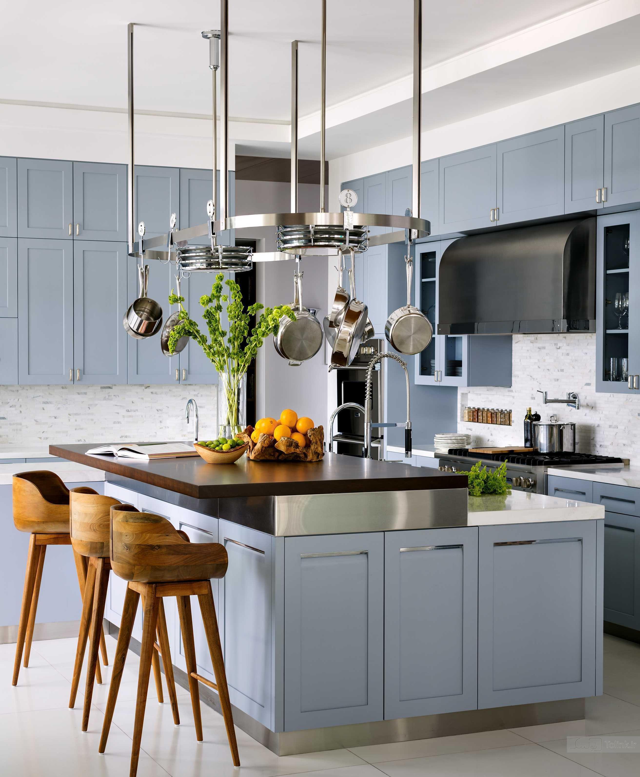 Кухня в голубых тонах с мрамором