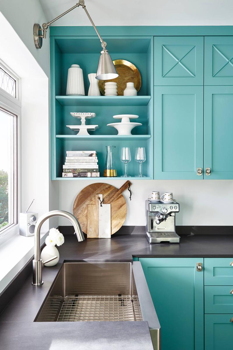 Кухня в голубых тонах в нише