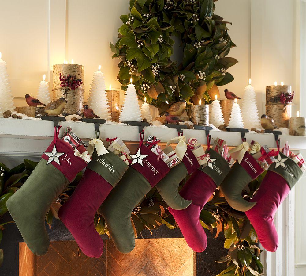 Венок, свечи и подарки к Новому году