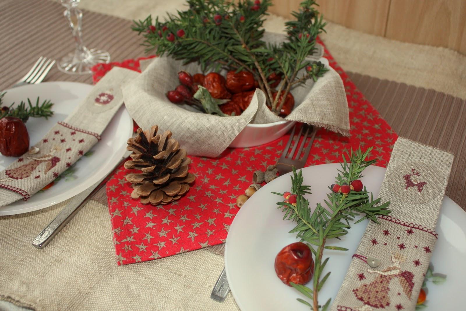 Украшение новогоднего стола льняными салфетками