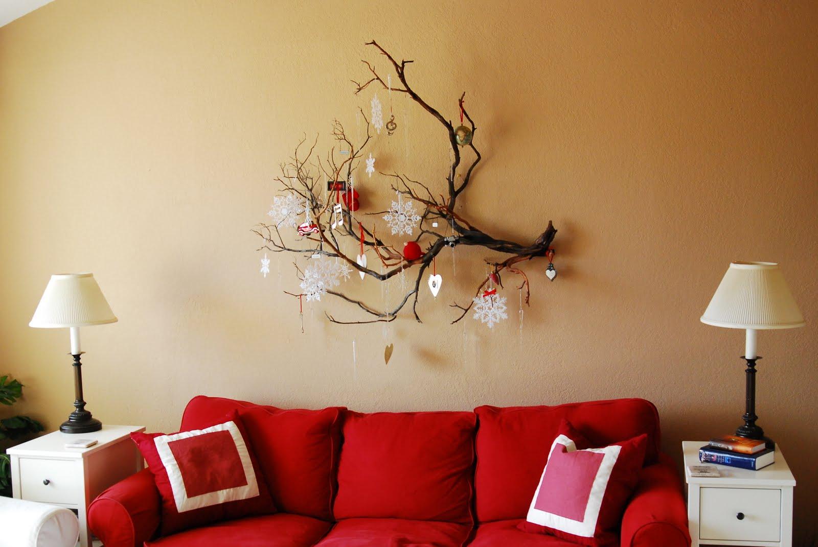Ветка с новогодним декором в гостиной