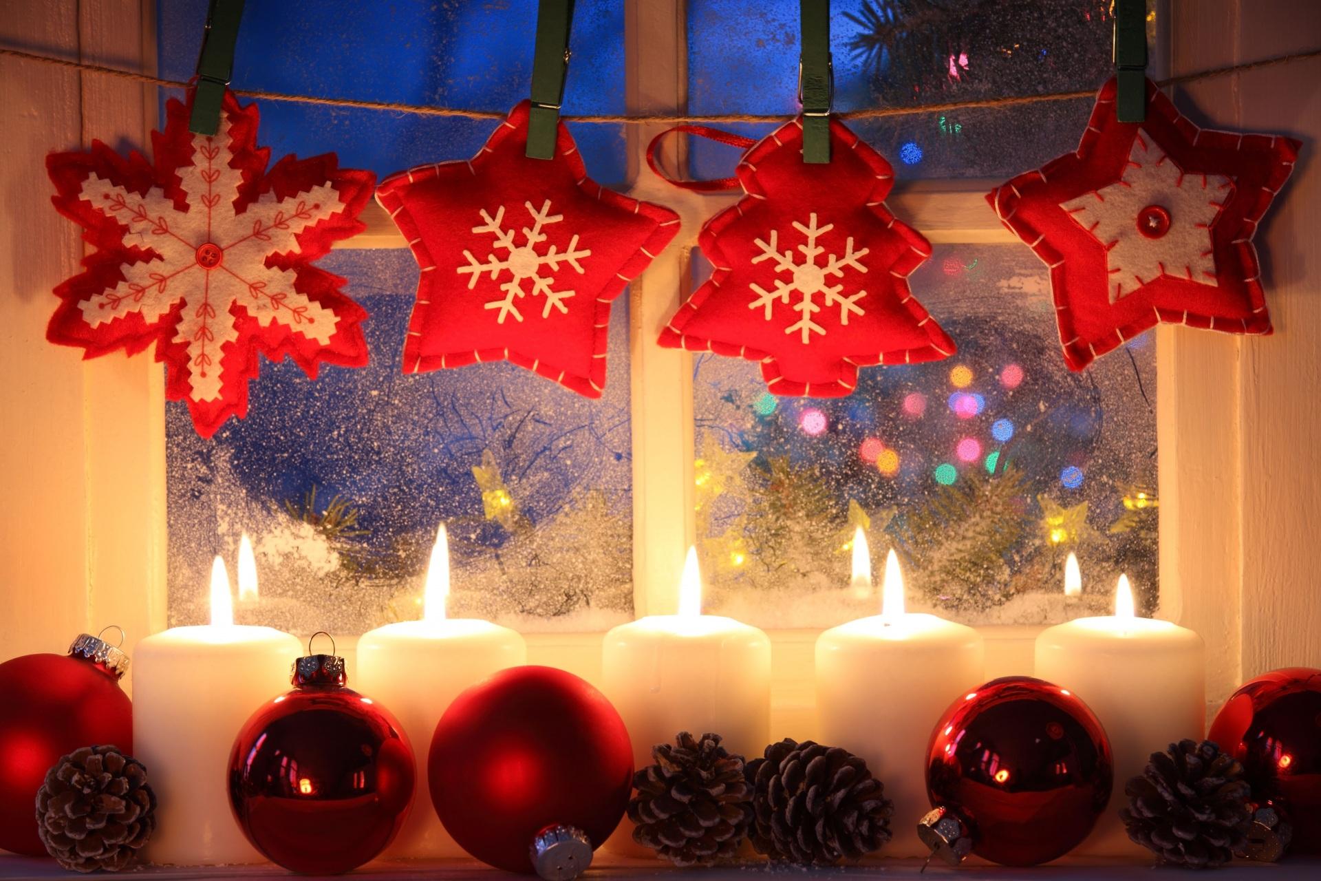 Оформление окна игрушками и свечами на Новый год