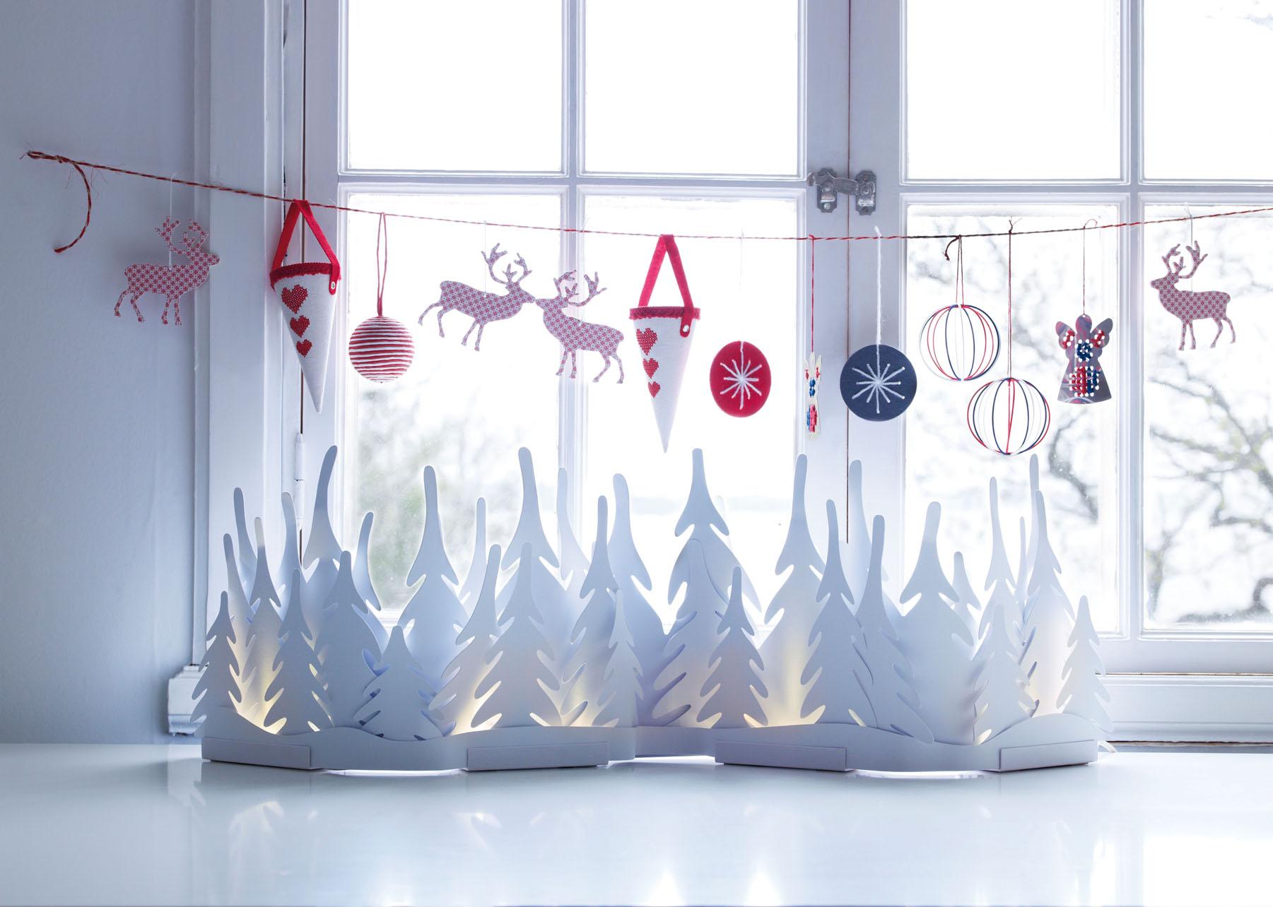 Оформление окна игрушками и бумажным декором на Новый год