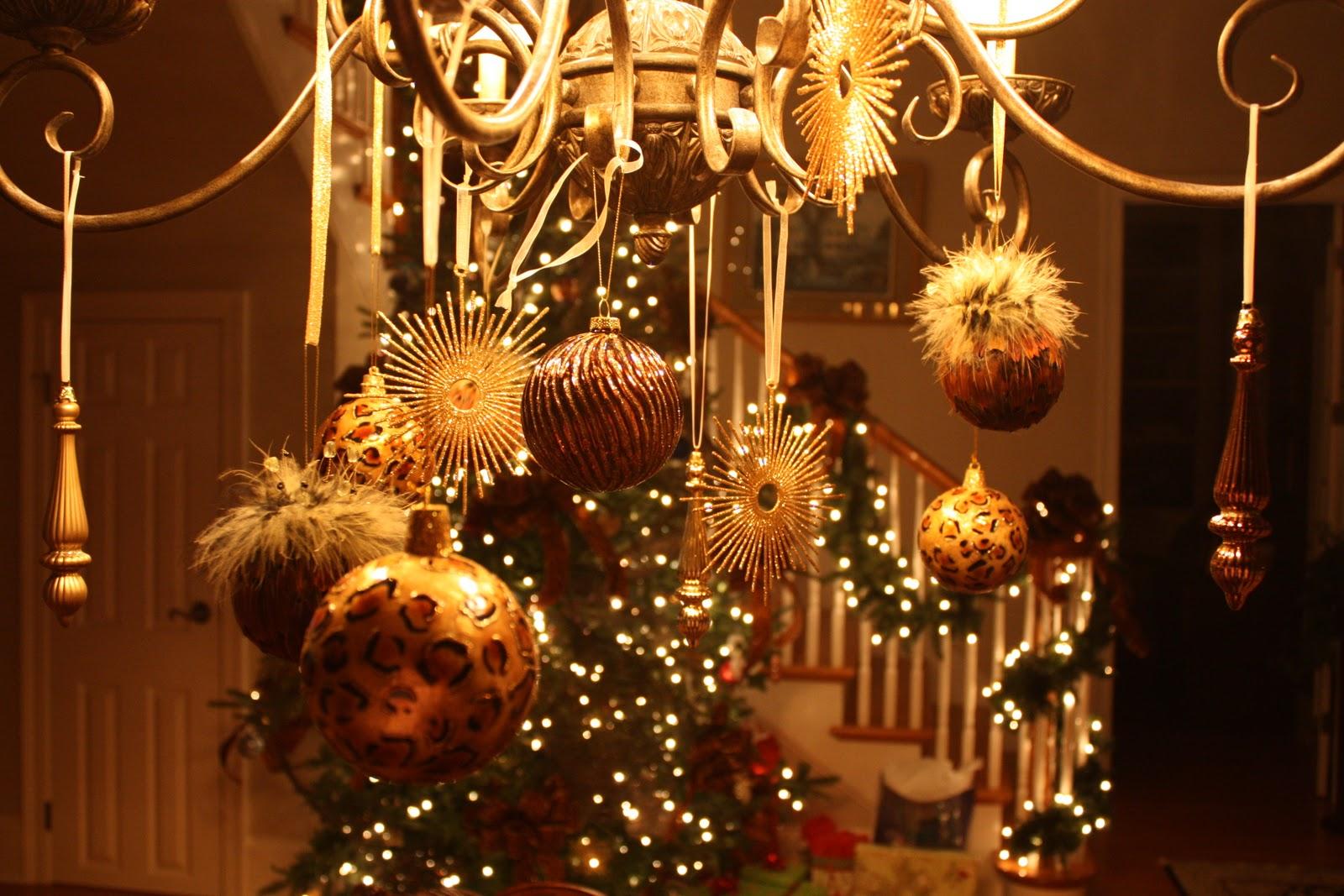 Оригинальное украшение люстры на Новый год