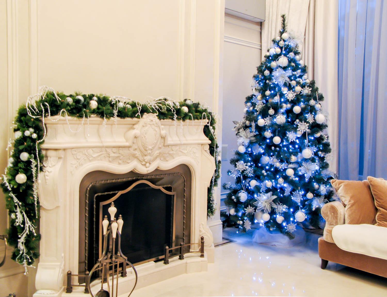 Бело-синий декор елки в квартире