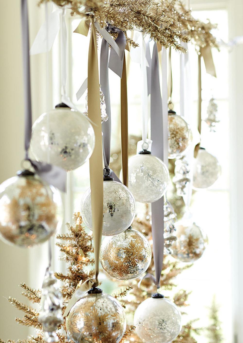 Елочные шарики и веточки для украшения комнаты