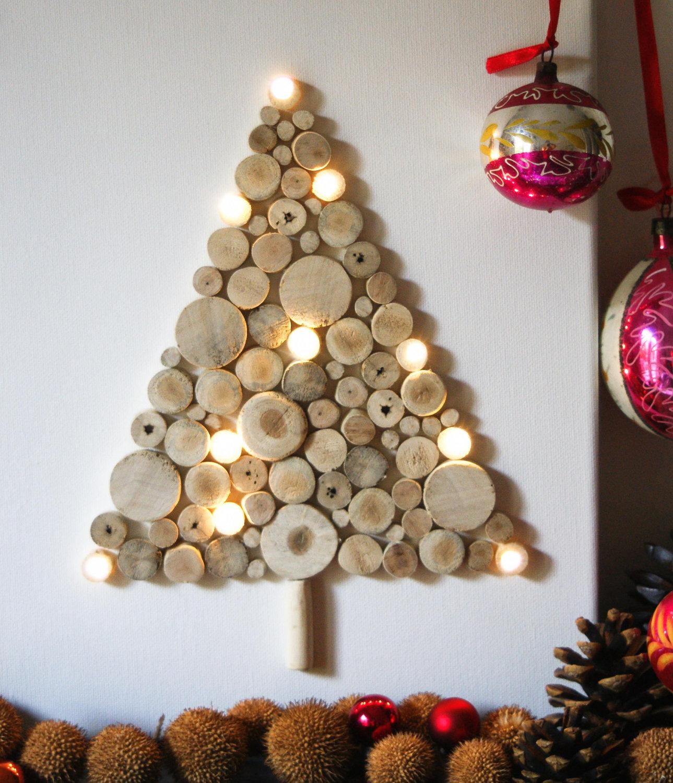 Елка на стене из срезов дерева