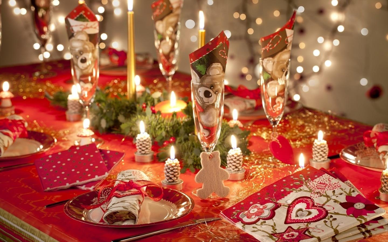 Красно-белый декор стола