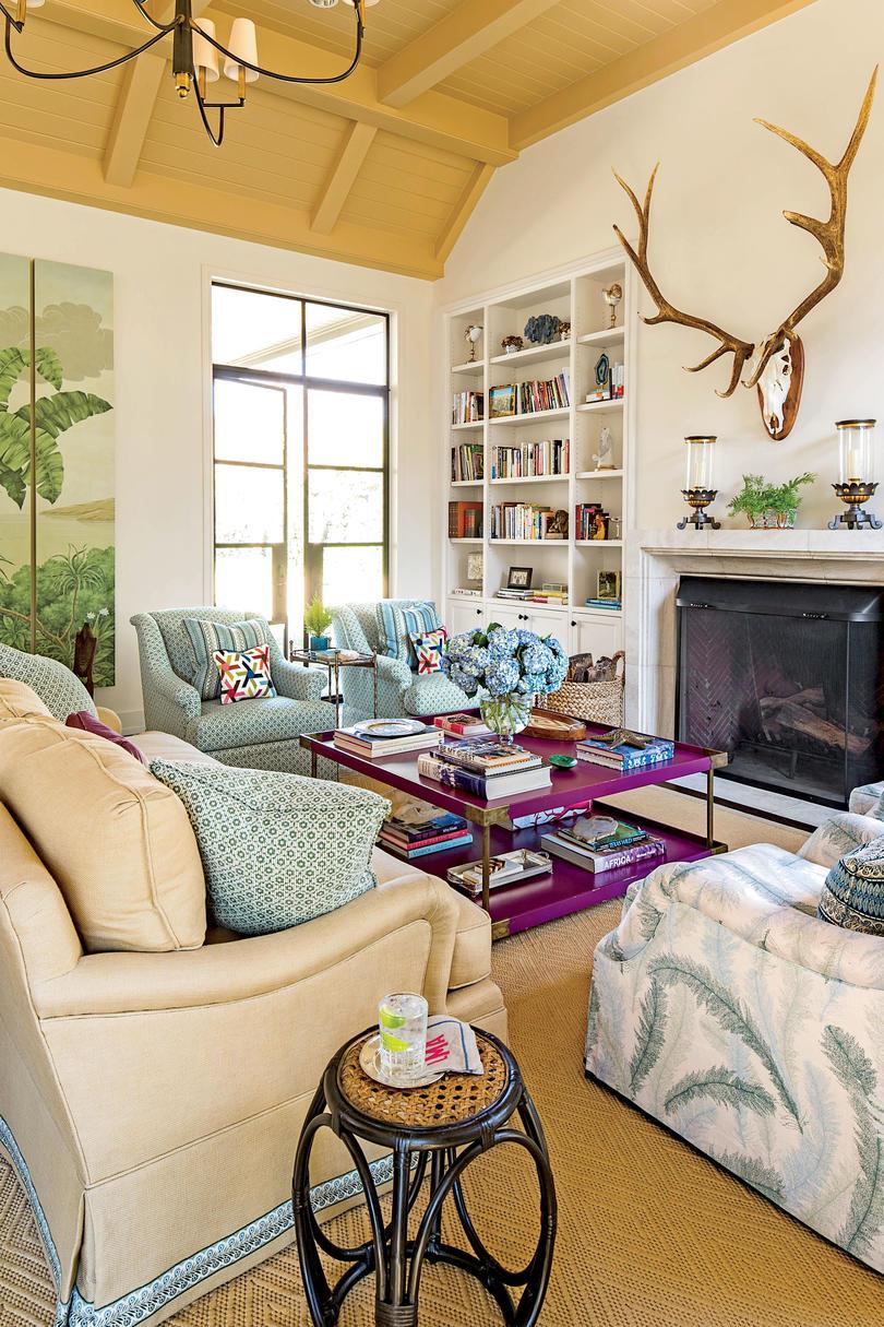 Голубая обивка мебели в гостиной