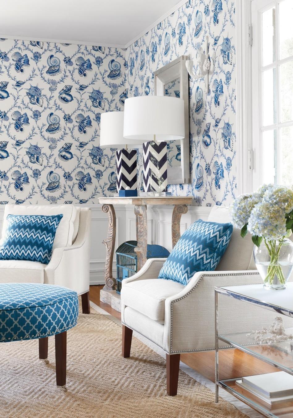 Голубые обои с рисунком в гостиной