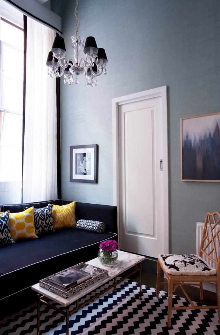Гостиная с голубыми обоями