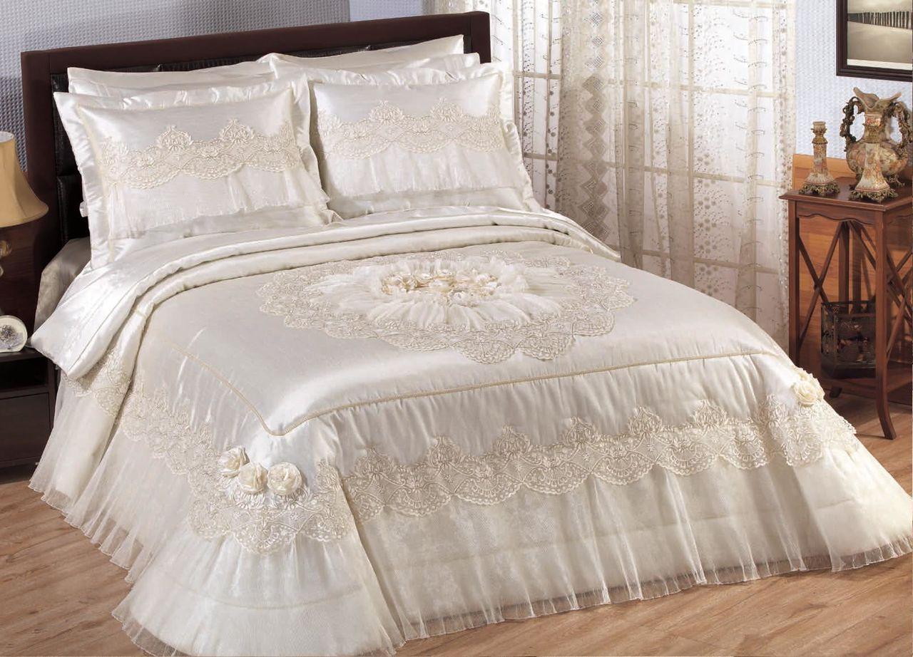 Белое классическое покрывало в оформлении кровати