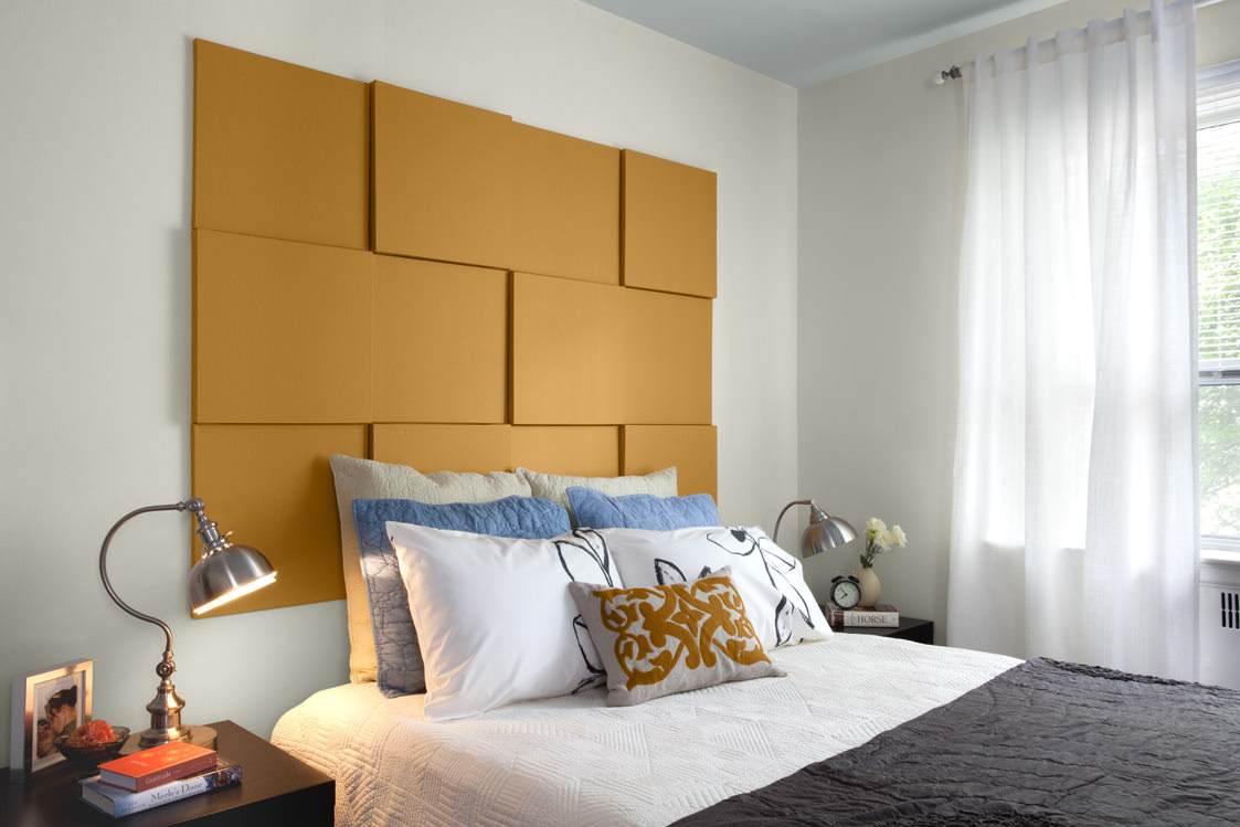Оранжевая панель в изголовье кровати